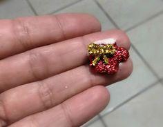 Mini Botinha feito em biscuit para aplique, coberto com glitter, Cor Padrão ou à escolha.