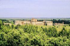 Fort de Salses: placé par les Aragonais sur la route de Perpignan afin de se prémunir des invasions françaises, Salses joua pleinement son rôle jusqu'en 1659. C'est un traité, celui des Pyrénées, qui en vint définitivement à bout. Après 1 siècle et demi de luttes incessantes, la place revint finalement à la France avec l'ensemble du Roussillon
