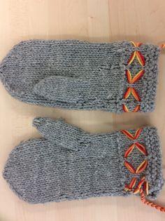 Neuletyö, lapinlapaset Knit Socks, Knitting Socks, Korit, Loom Knitting, Crochet, Diy And Crafts, Gloves, Pattern, Ideas