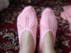 Knitted Booties, Knit Shoes, Knitted Slippers, Crochet Shoes, Knit Crochet, Knitting Basics, Knitting Stitches, Woolen Socks, Pink Slippers