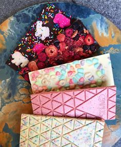 How the All-American Candy Bar Quietly Thrives in the Age of Gold Leaf Unicorn Avocado Mylk Soft Serve Foodstuffs Homemade Chocolate Bars, Chocolate Bar Recipe, Chocolate Diy, Custom Chocolate, Artisan Chocolate, Chocolate Candy Bars, Gold Bar Chocolate, Chocolates Gourmet, 16 Bars