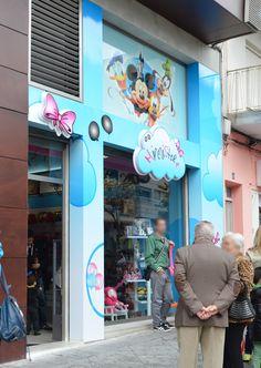 Una de las fachadas más espectaculares que tiene la franquicia Minnistore Toy Store, Store Design, Outdoor Pictures, Facades, Design Shop
