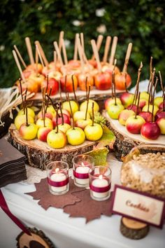 An apple dipping station is perfect for a fall party! Cute for a fall wedding or party Caramel Apple Bars, Caramel Apples, Stage Patisserie, Fingers Food, Party Deco, Bar A Bonbon, Apple Dip, Food Stations, Drink Stations
