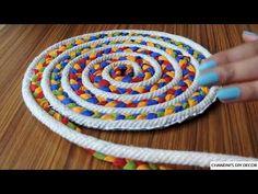 Simple Rug Making At Residence Utilizing Rope And Material Rag Rug Diy, Diy Rugs, Rope Rug, Braided Rag Rugs, Crochet Rug Patterns, Rope Crafts, Diy Crafts, Fabric Rug, Fabric Bowls