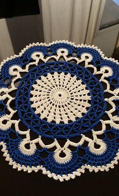 Hermoso tapete de ganchillo redondo nuevo en blanco y azul Hecho de un hilo de algodón mercerizado. Será hermosa decoración en su hogar, dando un aspecto elegante y delicado para cualquier mesa. Lavar a mano en agua tibia. Se debe estirar para secar sobre una superficie plana