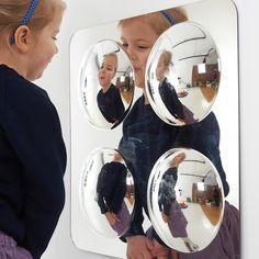 obsah: 1 zrcadlo se čtyřmi menšími konvexními zrcadly (rozměr 490 x 490 mm), montážní materiál,      materiál: odolný plast,      věk: 1+,   Tato zrcadla z pevného akrylu jsou odolná proti poškrábání a rozbití a jsou ideální pro školy a školky.  Vypouklá klenba u konvexních zrcadel znázorňuje v