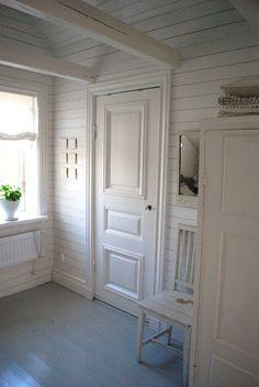 Julias Vita Drömmar: Sovrum white walls grey floor