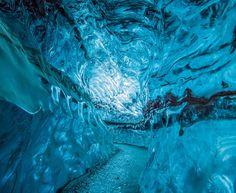 Una passeggiata tra i ghiacci nelle grotte di cristallo dell'Islanda