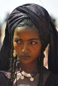 //absolutely beautiful…a tuareg girl. tuaregs {also spelled twareg or touareg} are berber people with a traditionally nomadic pastoralist lifestyle and are the principal inhabitants of the saharan interior of north africa. Black Is Beautiful, Beautiful People, Beautiful Women, Simply Beautiful, African Beauty, African Women, African Hair, African Style, Beauty Around The World