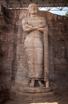 The standing Buddha at Gal Vihara is 7 m tall! In The Ancient City Polonnaruwa