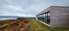 Nous avons déjà eu un coup de coeur pour une maison réalisée par le studio écossais Dualchas Architects. Aujourd'hui je vous présente la « Cliff House » bâtie sur l'ile de Skye en Écosse. La construction de cette bâtisse n'aurait pas été possible sans sa faible hauteur et l'utilisation de matériaux naturels et locaux. Parfaitement intégrée dans son environnement, la maison offre une vue fantastique sur le Loch Dunvegan. Sa forme est inspirée des abris agricoles en pierre typiques de la…
