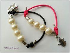 Pulsera goma elástica con perlas y charms. www.tumismaabalorios.blogspot.com