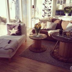 Såhär fint är det hemma hos min fina vän @sofieasaminea ☀️ #inredning #house #hus #home #soffa #kabeltrumma #stjärna #divan #schäslong #matta #ikea #kudde #prydnadskudde #interiör #interior #interior4you #interior123 #öland #soligt #ljust #vår #tulpaner #blommor #vardagsrum #livingroom #live #love #happy #shabby #flowers