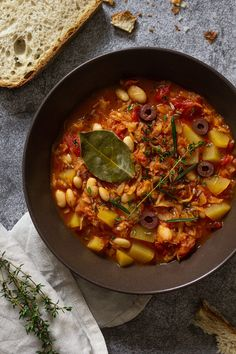 Wirsing-Bohnen-Eintopf (vegan) | feines gemüse Fall Dishes, Soups And Stews, Soup Recipes, Curry, Food And Drink, Low Carb, Meals, Dinner, Ethnic Recipes