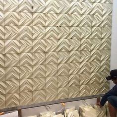 Revestimento Chevron sendo instalado  foto e projeto de @lucianaadamiarquitetura #revestimento #cimenticio #concreto #interiordesign #instadecor #interiores #design #decor #maski #luxo #projetoTOP #parede #walldecor #wall #painel #sala #inspiracao #arquitetura #ambiente #chevron #maskirevestimentos #revestimento3d #sustentavel #1500cores #suvinil