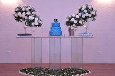 mesa de bolo , feita pelo buffet , em baixo da mesa um coraçao de flores