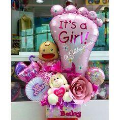 Bello arreglo para dar la Bienvenida al mundo a la bebé Bárbara Sofía 🌺😍👑🎀💘 ️. #bebe #nacimiento #fiestas #fiesta #decoración #globos #arreglos #arreglo #amor #pompones #abanicos #pompon #abanico #love #teamo #cumpleaños #columnadeglobos #columnballoons #aniversario #primeracomunion #boda #15años #decoracionhabitacion #balloons #decoracion Balloon Box, Balloon Bouquet, Baby Shower Centerpieces, Baby Showers, Balloons, World, Amor, Candy Bouquet, Baby Birth