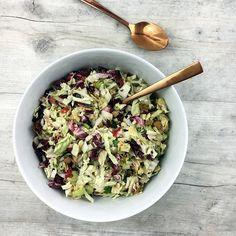 Dinner • Zusammenwerfen, was der Kühlschrank hergibt: Radicchio, Eisbergsalat und Chinakohl mit Zwiebeln, Tomaten, Staudensellerie, Salatkernen, Koriander und Tofu! 🌿🍃