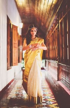 Classic gold and white saree for a day wedding. Genius!