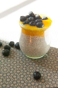 Tropical Chia: Chia-Samen-Pudding mit Mandelmilch und Mango-Püree