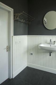 De badkamer is een mix van oud en nieuw, net als de andere vertrekken in vakantiehuis Buitenlust. De kapstok is een originele Gispen -  een leuke kringloopvondst. #makeover huis