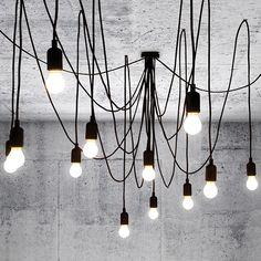 Maman. Minimalistisch, fröhlich und flexibel gestaltbar. Mitten im Raum lässt sie ein Gewirr aus Fäden entstehen, die wie Lianen wachsen zu scheinen. Eine Deckenbefestigung plus 14 Stromkabel (7 Kabel à 3 m und 7 Kabel à 4 m Länge), die jeweils mit einer LED Leuchte enden. je nach Geschmack lässt sich eine symmetrische oder - im Gegenteil - eine wild-anarchistische Optik erzielen.
