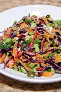 Ellan reseptit: Maukas salaatti seesam-valkosipulikastikkeella