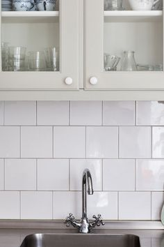 I det här huset från tidigt 50-tal har Byggfabriken byggt ett nytt kök i funkisstil. Traditionell funkis med en rad grundare skåp under överskåpen, specerifack i glas och knoppar typiska för köket. Rostfri diskbänk med infälld häll och vask sträcker sig över hela köket. Läs mer om våra kök på våra kökssidor: http://www.byggfabriken.com/kok/ Läs om köket i bloggen: www.byggfabriken.com/bloggen/index.php/2011/06/15/ett-paradkok-i-funkisstil/