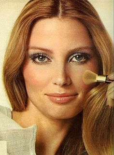 Easy guide to a makeup look by Besame Cosmetics founder Gabriela Hernandez. From shimmer eye shadows, bronze powders to perfect lips 1970s Makeup Disco, Retro Makeup, 70s Hair And Makeup, 70s Makeup Look, Hippie Style, 70s Style, Mode Disco, 1970s Hairstyles, Makeup Looks