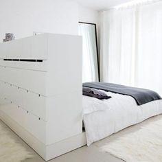 De ladekast aan de achterkant van het bed. Daaraan of daarop tv en dan aan de overkant daarvan kastenwand