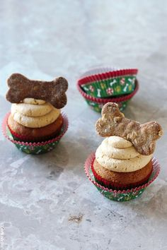 Holiday Dog Treats Recipe – Peanut Butter Pupcakes with Peanut Butter Frosting (Dog Safe) Peanut Butter Dog Biscuits, Peanut Butter Frosting, Dog Treat Recipes, Dog Food Recipes, Dog Cupcakes, Butter Cupcakes, Cupcakes For Dogs Recipe, Food Dog, Puppy Treats