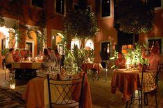 dinner-in-the-main-courtyard.jpg (550×365)