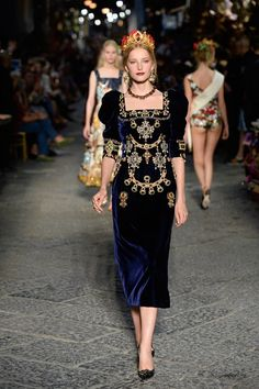 See all the Collection photos from Dolce & Gabbana - Alta Moda Autumn/Winter 2016 Couture now on British Vogue Couture Fashion, Runway Fashion, High Fashion, Fashion Beauty, Fashion Show, Womens Fashion, Fashion Design, Paris Fashion, Fashion Week 2016