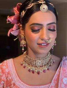 With the importance of wedding themes established, it is vital that wedding cakes match the theme. Indian Bridal Photos, Indian Bridal Outfits, Indian Bridal Fashion, Indian Jewelry Sets, Indian Wedding Jewelry, India Jewelry, Bridal Makeup Looks, Indian Bridal Makeup, Bridal Earrings