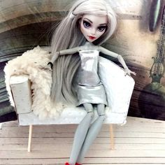 New Monster High doll repaint in my Atelier! And the sofa is included in the price!