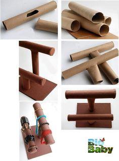 Guarda tubos de cartón de papel de baño o de cocina, ensámblalos a tu gusto, fórralos con pegamento y papel reciclado y guarda ahí tus pulseras.