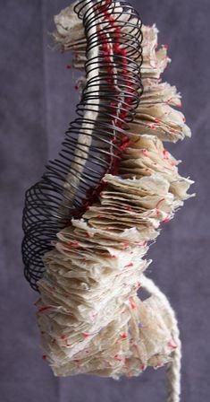 Katya Reka, Neckbook. Cette artiste américaine d'origine ukrainienne emploie papier et fil de fer pour créer ses reliures et livres d'art.