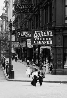 STREET SCENE: Woodward Ave., Detroit, c.1910′s.