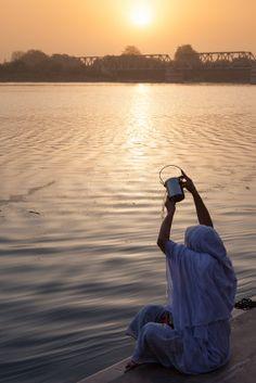El río Ganges, por cultura y tradición, es el más significativo. Fluye por las llanuras del norte de la India hacia Bangladesh. Durante mucho tiempo ha sido considerado un río sagrado por los hindúes, y ha sido objeto de culto, entendido como una encarnación de la diosa Ganga. #BestDay #India #OjalaEstuvierasAqui