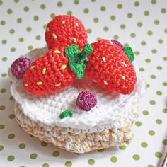 Dessert au crochet. Pavlova aux fruits rouges, Dînette au crochet / Crochet dessert. Red fruits pavlova. Crochet food