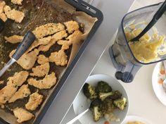 Krůtí řízečky pečené v těstíčku z vajec, mandlové a kokosové mouky, zelenina vařená v páře a zeleninová kaše s máslem