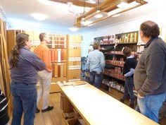 In der Fußbodenabteilung mit Blick auf die Oberflächenprodukte