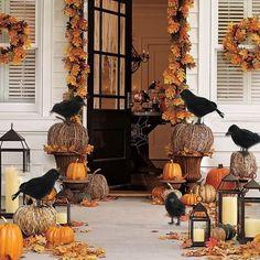 Halloween Porch Decorations, Halloween Home Decor, Halloween Kostüm, Diy Halloween Ravens, Halloween Garden Ideas, Halloween Decorating Ideas, Halloween Window Display, Halloween Yard Displays, Halloween Entryway