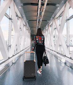 """47.6 mil curtidas, 222 comentários - Camila Coelho (@camilacoelho) no Instagram: """"Next stop?! BRASIL❤ #travel #airportdays"""""""
