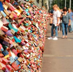 For expressing the true love, need to affix the love lock on a bridge? In this article, 10 most love lock bridge locations you'll find to visit. Iphone Deals, Free Iphone, Iphone 7, Iphone Hacks, Iphone Charger, Apple Iphone, Iphone Emojis On Android, Iphone 6s Price, Iphone Flip Case