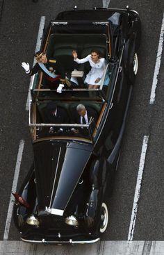 Espectacular #foto de la comitiva real tras la coronación del Rey Felipe VI. Los Reyes saludan durante el trayecto tras la proclamación por CARLOS GARCÍA POZO