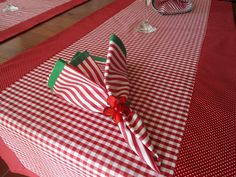 Dê boas vindas aos seus convidados com estilo!  Esse Kit Caminho de Mesa é uma versão moderna da toalha de mesa. Totalmente personalizado, pode ser maravilhoso no seu almoço, jantar, lanche, churrasco ou festa. Pode ser usado de forma prática e versátil.  Ótimo item para sua casa de campo, praia ...