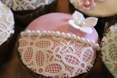 Vanilje cup cakes med hindbær og sukkerblonder