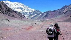 Plaza Francia y, al frente, el colosal cerro Aconcagua, centinela de piedra para los quechuas y monte nevado para los aymara.  Argentina