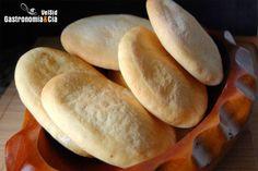 Uno de los panes más sencillos de hacer es el Pan Pita. La verdad es que lo hacemos a menudo y nos hemos dado cuenta de que sólo habíamos compartido con vosotros la receta de Pan Pita con semillas de sésamo y comino.Esta receta de Pan Pita es básicamente igual, pero actualizamos para que os animéis a hacerlo en casa, si sois aficionados a comer este tipo de pan árabe y normalmente lo compráis hecho, una vez que lo hagáis en casa os olvidaréis de esos paquetes de pan pita envasados al… Bread Dough Recipe, Healthy Snacks, Healthy Recipes, What To Cook, Tostadas, Sin Gluten, Baby Food Recipes, Hot Dog Buns, Food And Drink